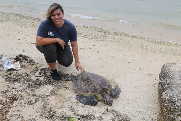 Josefa Muñoz tends to a sea turtle